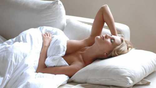 Ученые рассказали, почему полезно спать без одежды
