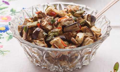 Для маринада смешать нарезанные листики базилика, измельченный чеснок и три ложки масла