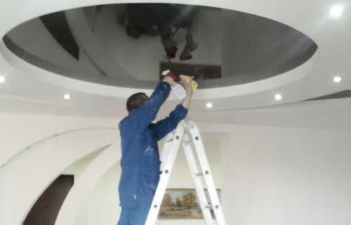 Как мыть натяжной потолок глянцевый